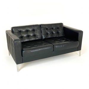 Fin sofa til venterom. Bord med plass til aviser og blader